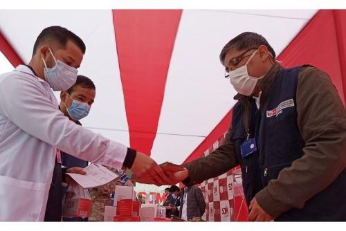 """La Dirección Integral de Salud (DIRIS) Lima Sur visitó 225 viviendas para realizar pruebas de descarte rápidas y/o molecular de covid-19 a personas consideradas de """"alto riesgo"""", y de tratamiento oportuno a quienes dieron positivo al nuevo coronavirus. ANDINA/Minsa"""