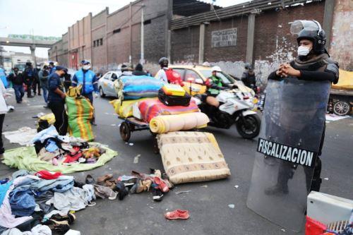 """Desalojan a ambulantes y """"cachineros"""" en alrededores del mercado Manzanilla. Foto: ANDINA/Difusión."""