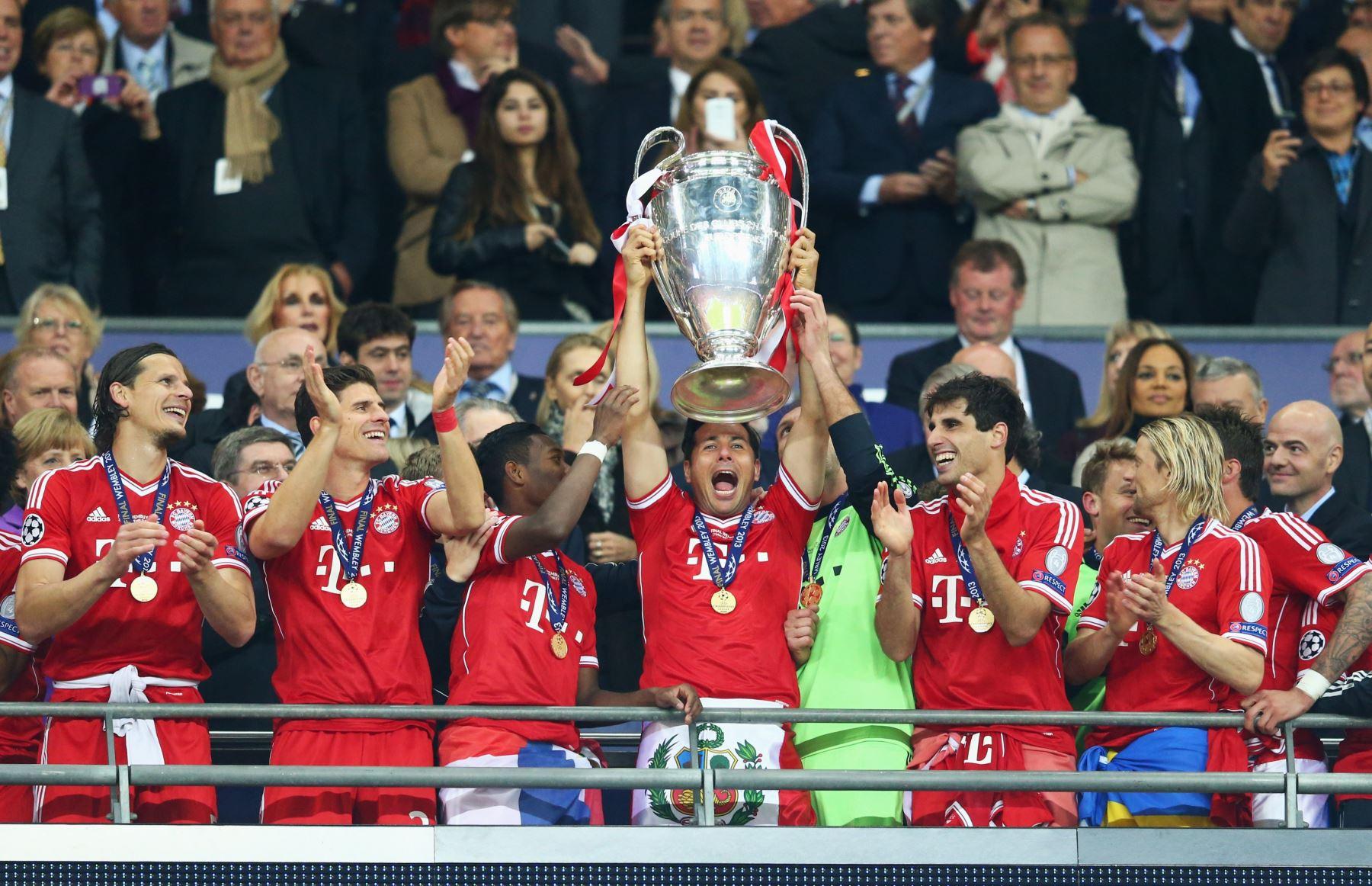 Pizarro levanta el trofeo de la Liga e Campeones, certamen que ganó con el Bayern Múnich en la temporada 2003