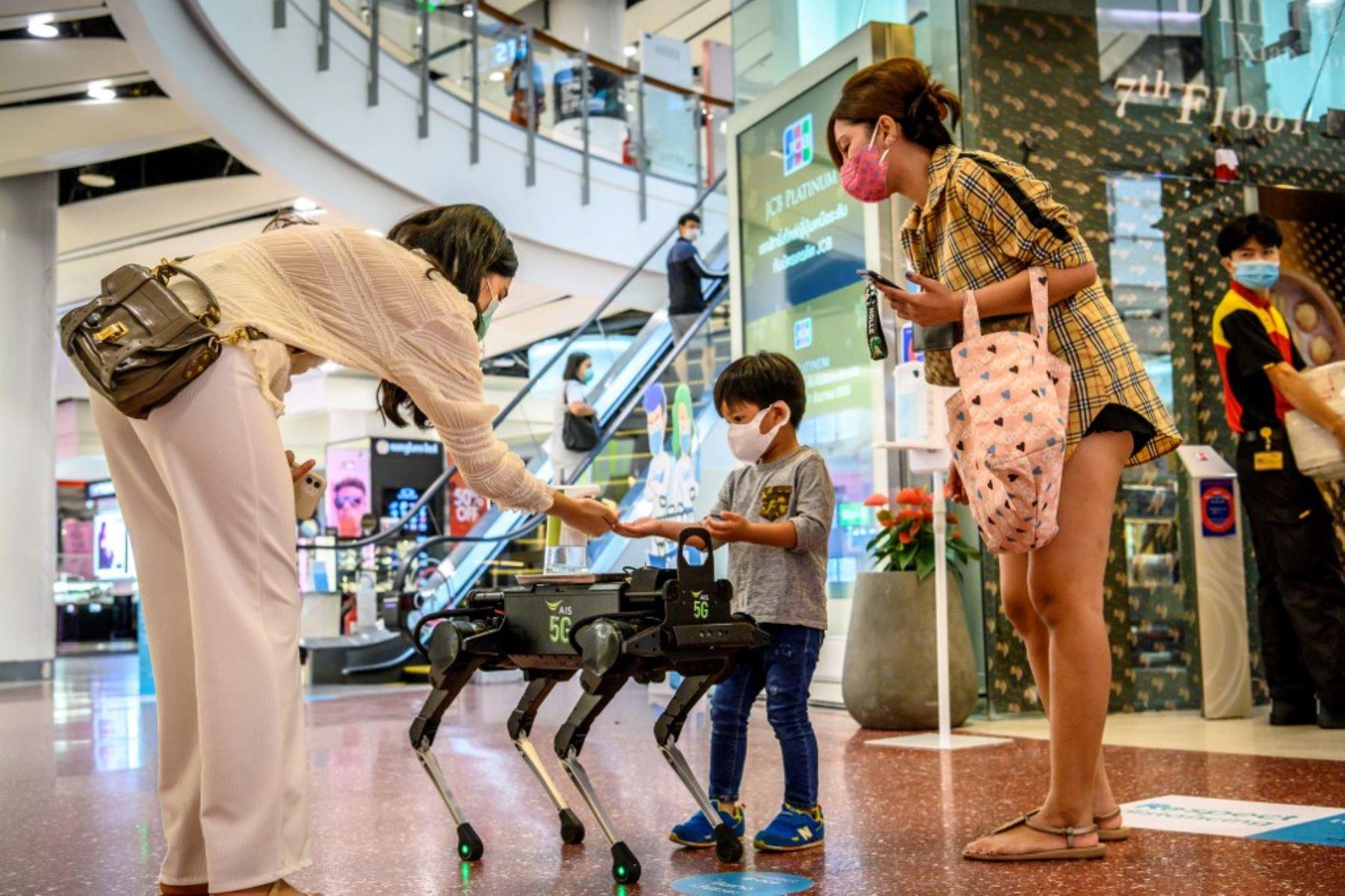 Un robot 5G K9 distribuye desinfectante de manos a los visitantes en un centro comercial en Bangkok, a medida que los sectores de la economía vuelven a abrir después de las restricciones para detener la propagación del nuevo coronavirus COVID-19. Foto: AFP