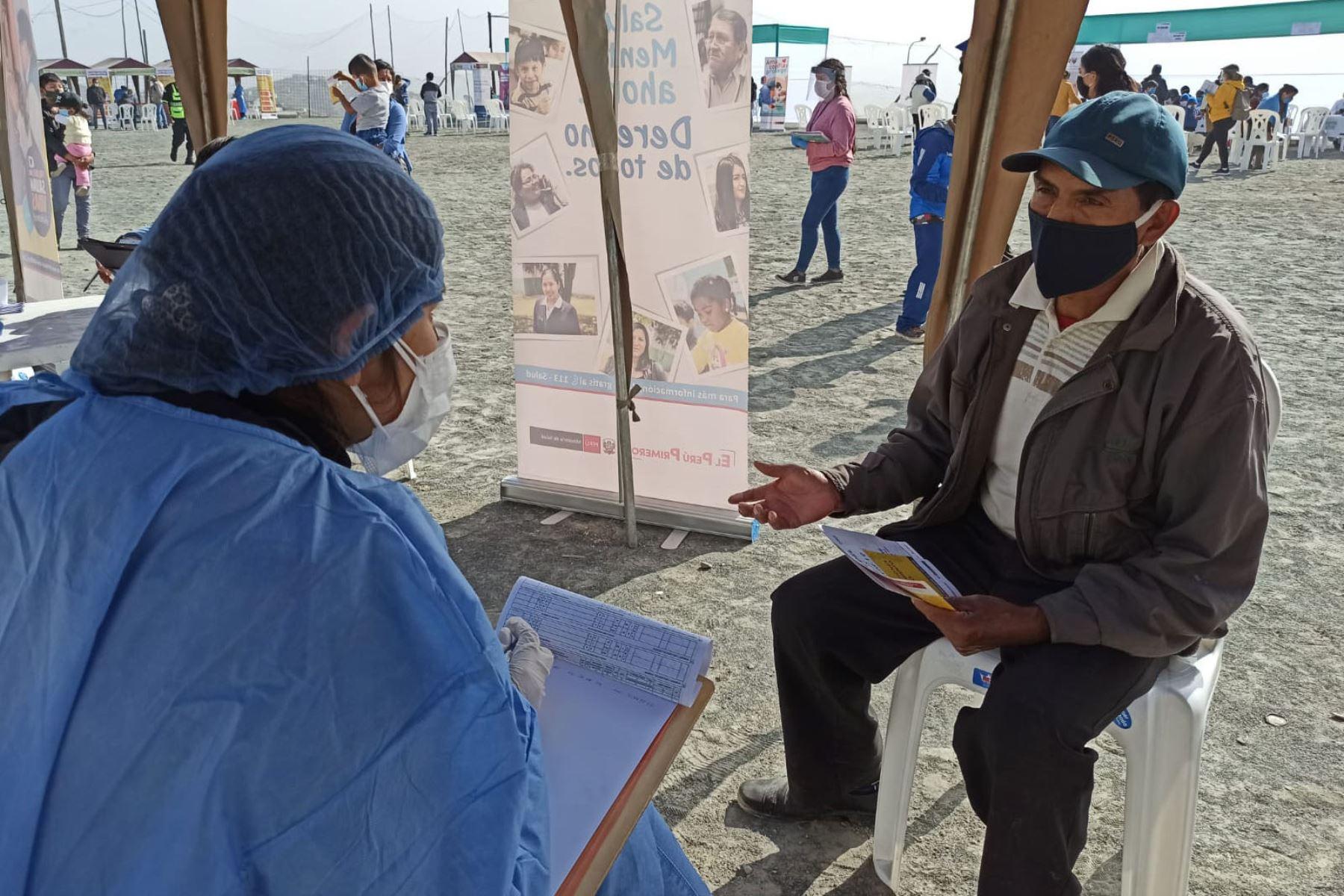 Equipo del Ministerio de Salud estuvieron en la zona de Manchay brindando atención integral de salud a la población de cuatro asentamientos humanos. Niños y adultos recibieron vacunación, descarte de covid -19 y orientación en salud mental ante la emergencia sanitaria.  Foto: Minsa