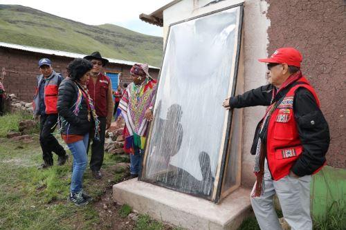 """Más de 1,300 familias que viven en las zonas altas de Cusco se protegen de las heladas con proyecto """"Casitas calientes"""" que ejecuta Foncodes."""