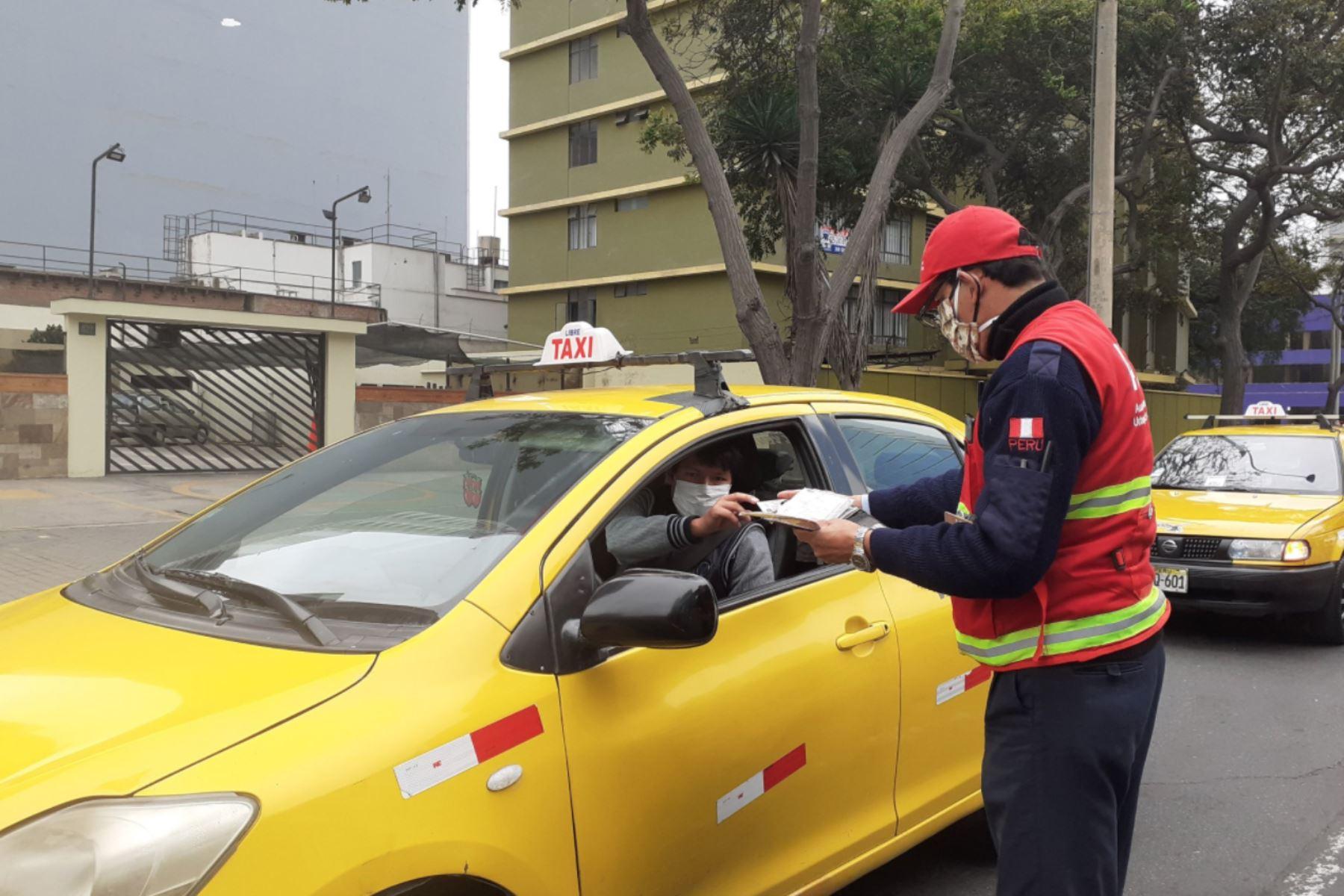 Fiscalizadores de la ATU y efectivos de la PNP pedirán ambos documentos a conductores de este servicio. Foto: INTERNET/Medios