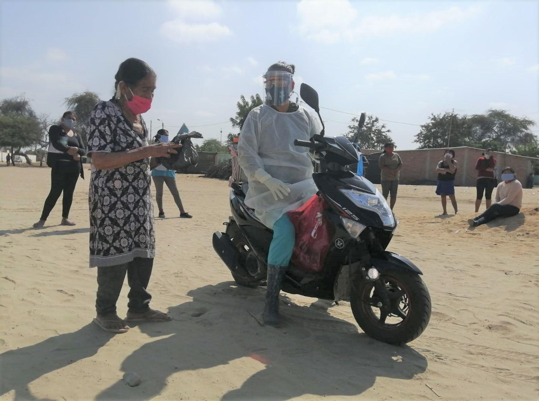 Conoce a Gina Minaya, la ejemplar enfermera que recorre en su moto los diversos caseríos de Piura para vacunar a adultos mayores y personas con discapacidad.