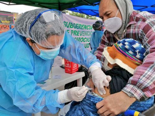 Equipos del Minsa brindan atención integral de salud a más de 300 niños, gestantes y adultos mayores de Los Olivos, priorizando el esquema regular de vacunación