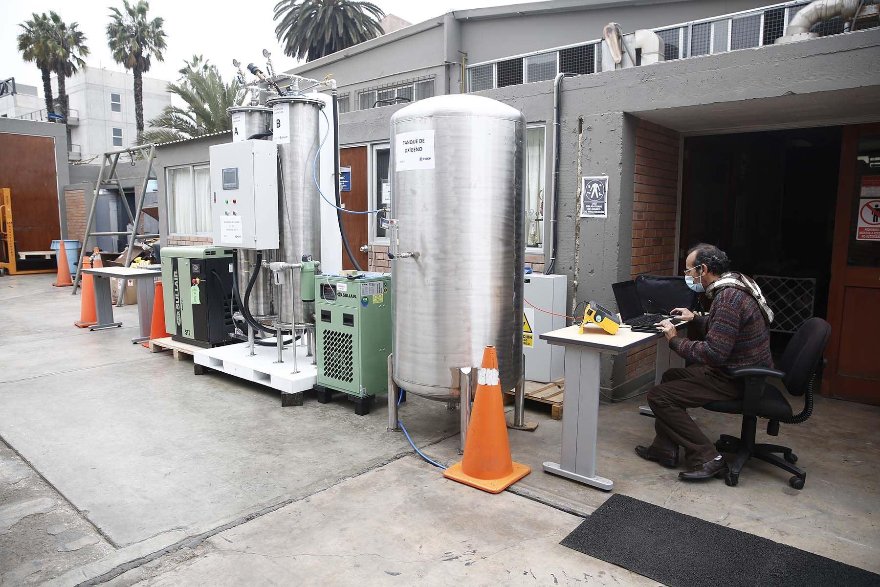 Se espera la autorización para el inicio de fabricación de estas plantas de oxígeno de bajo costo que podrán ser instaladas en los centros de salud que lo requieran.Foto: PUCP