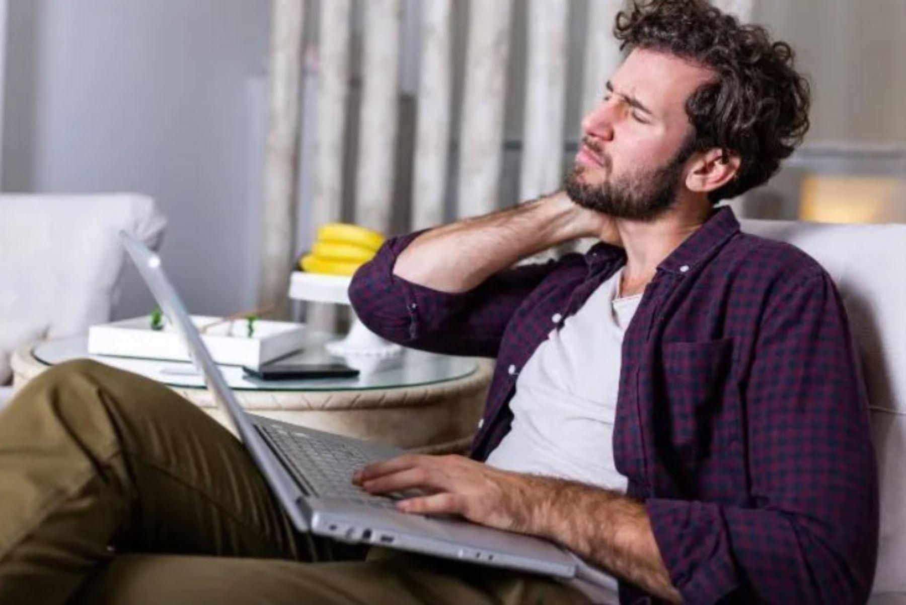Trabajar en un sillón o cama no es lo ideal, porque causan contracturas musculares. Foto: ANDINA/internet.