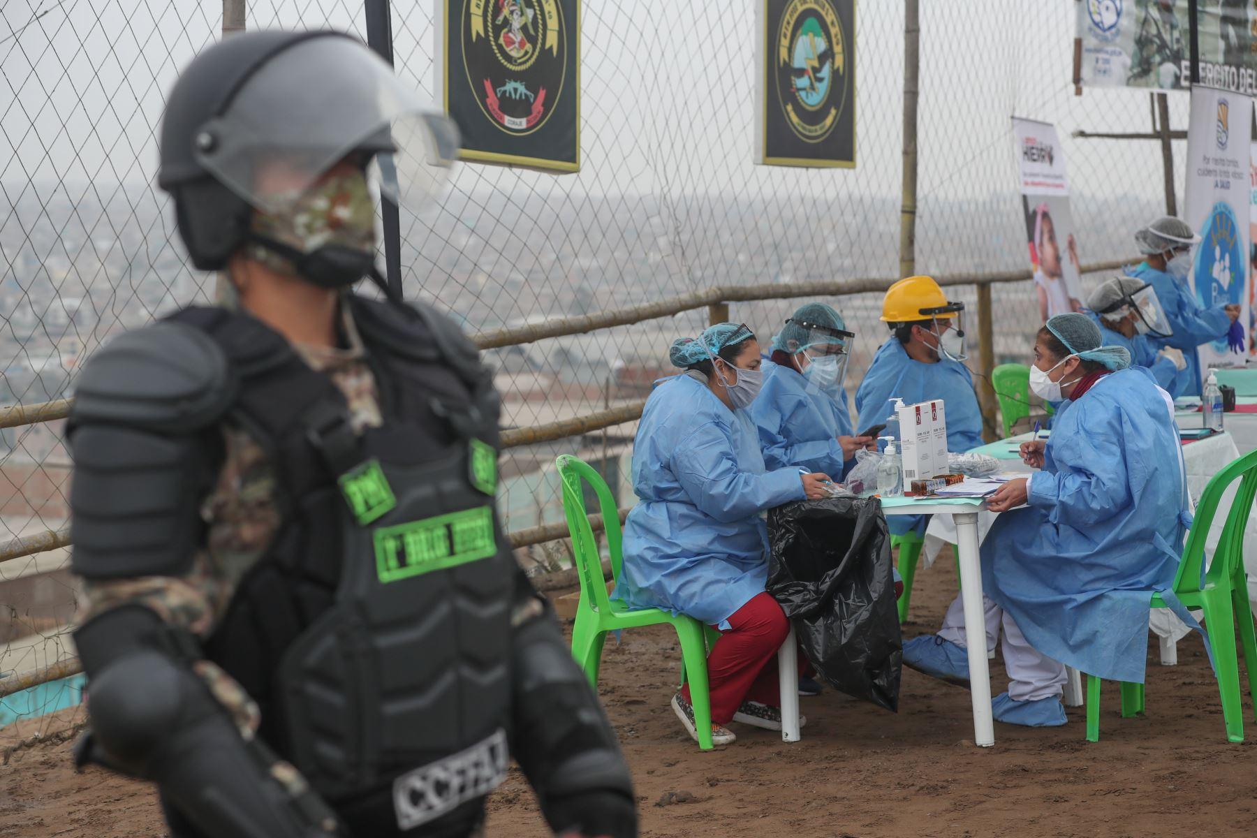 El Ministro de Defensa Walter Martos supervisó acción civica, en AAHH Villa Rica en lomo de Corvina de Viila el Salvador. Foto:ANDINA/Mindef