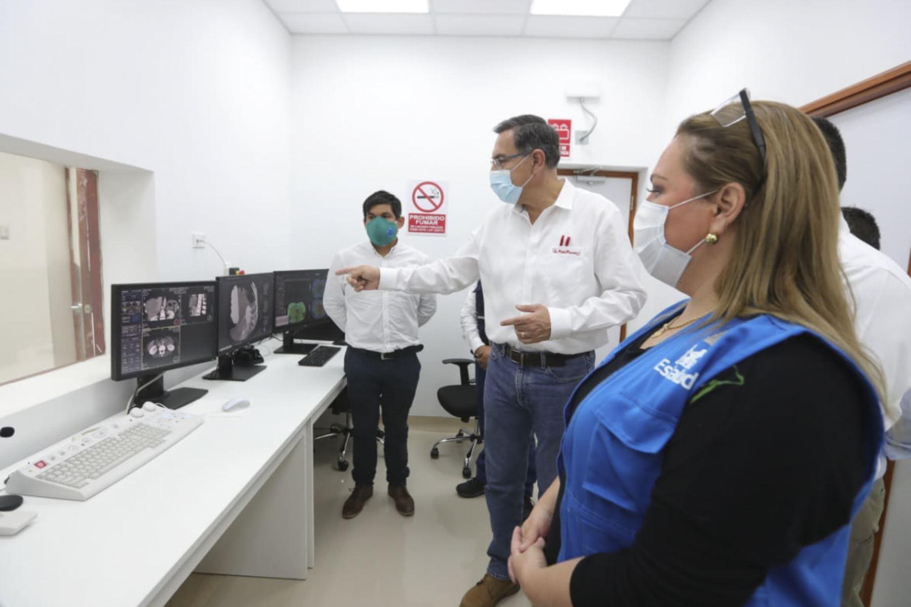El presidente Martín Vizcarra participó en la instalación de los servicios de tomografía en la unidad de ayuda al diagnóstico y tratamiento del Hospital I Víctor Alfredo Lazo Peralta de EsSalud de Puerto Maldonado.Foto:ANDINA/Prensa Presidencia