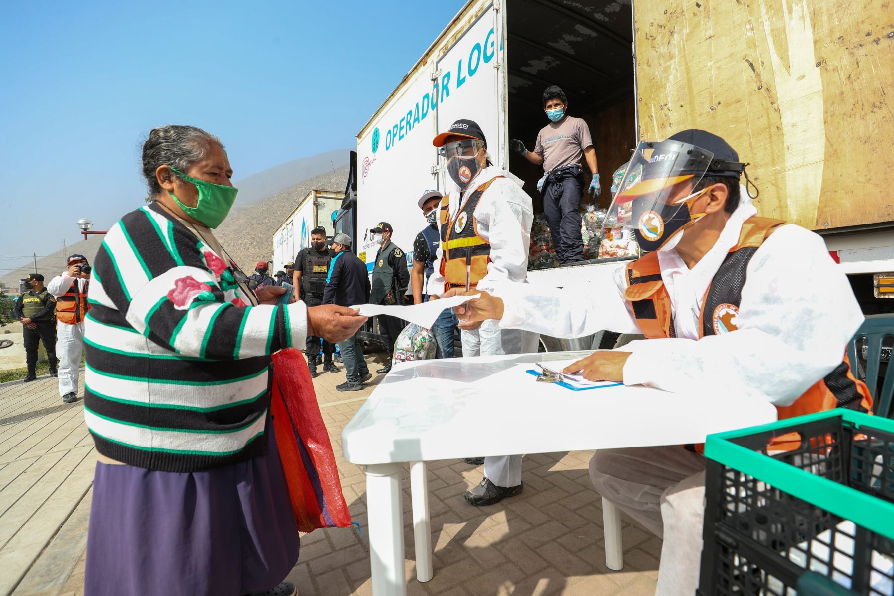 El premier  Vicente Zeballos supervisó la entrega de 5541 kits de alimentación a las familias vulnerables de Manchay (Parque Sol de Pachacamac, Parque Sol de Manchay, Retamal y San Judas Tadeo), como parte de la implementación del Decreto de Urgencia N° 068-2020. Foto:ANDINA/@pcmperu.