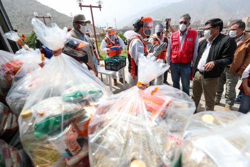 Coronavirus: El premier  Vicente Zeballos supervisó la entrega de 5541 kits de alimentación a las familias vulnerables de Manchay.