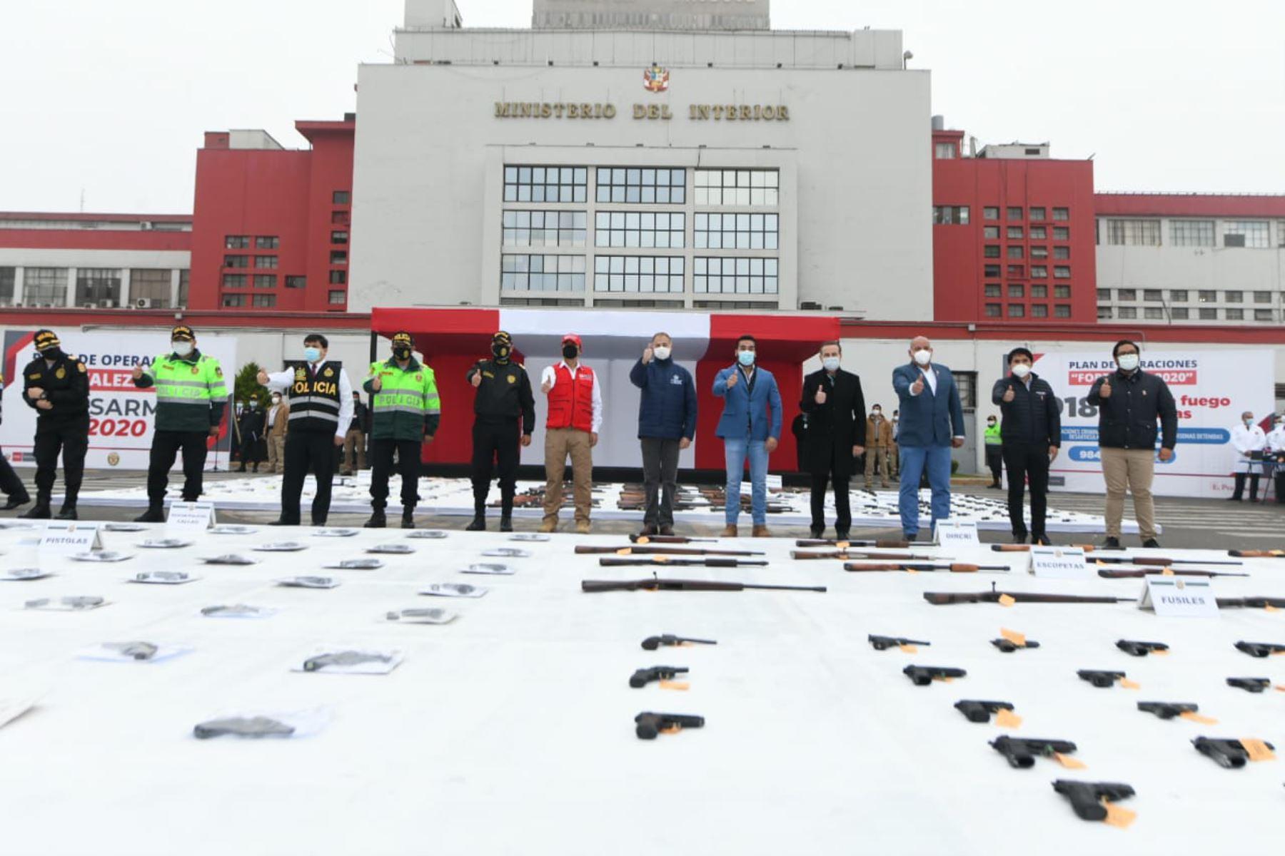 """Ministerio del Interior presenta armas incautadas durante el estado de emergencia, producto de diversos operativos realizados por la Policía Nacional, dentro del Plan Operaciones """"Fortaleza 2020"""". Foto: ANDINA/Mininter"""