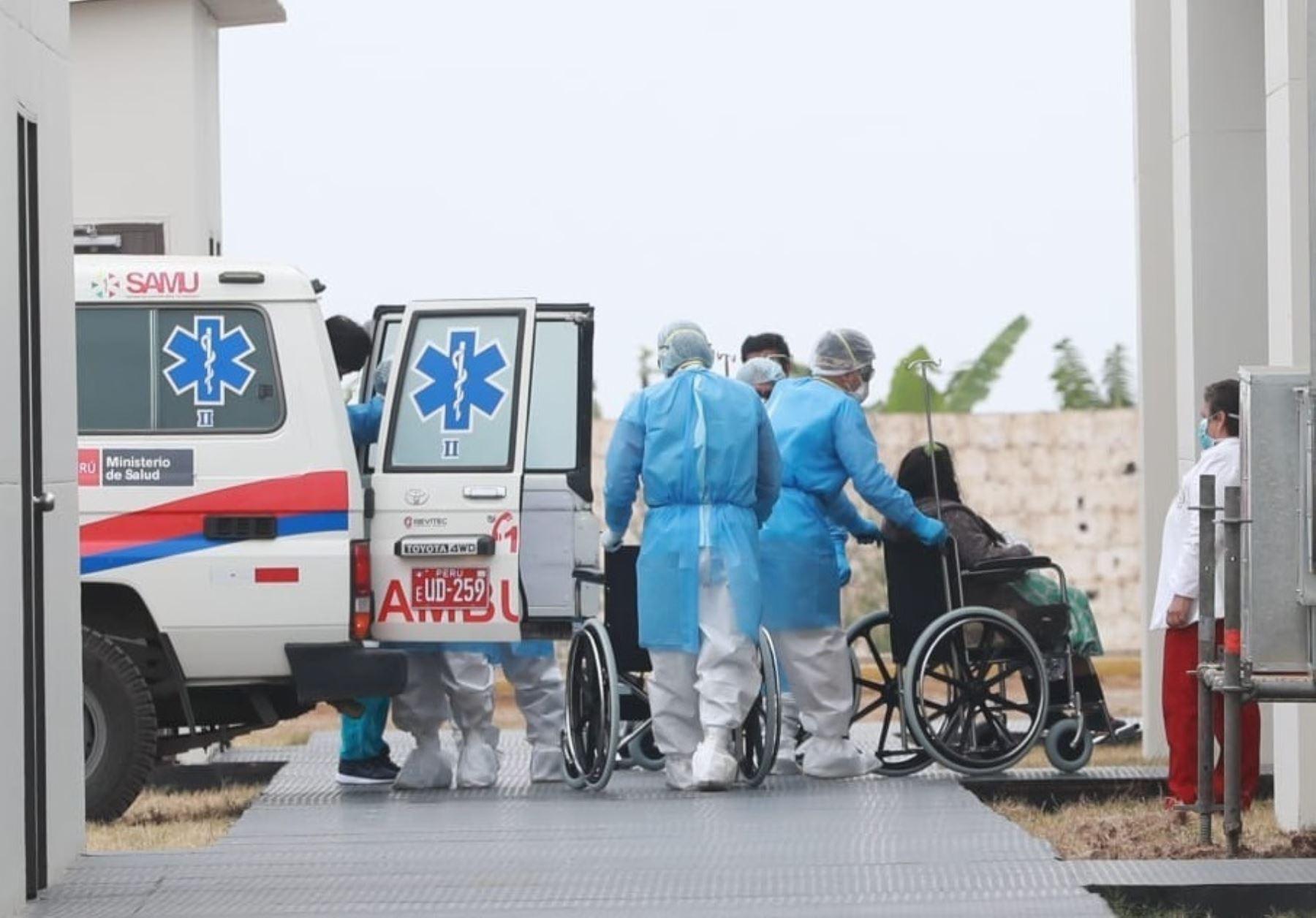 Ministro de Transportes y Comunicaciones, Carlos Lozada, supervisó el traslado de los primeros pacientes covid-19 al Hospital Temporal Ramón Castilla de Trujillo. ANDINA/Difusión