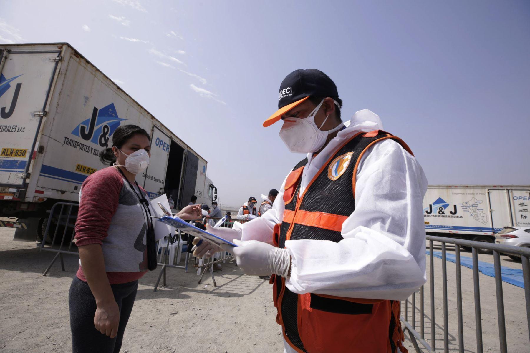 Presidencia del Consejo de Ministros  continúa  con la entrega de kits de alimentación a las familias vulnerables de las zonas La Hoyada y El Hueco en Manchay, ubicadas en el distrito de Pachacamac.