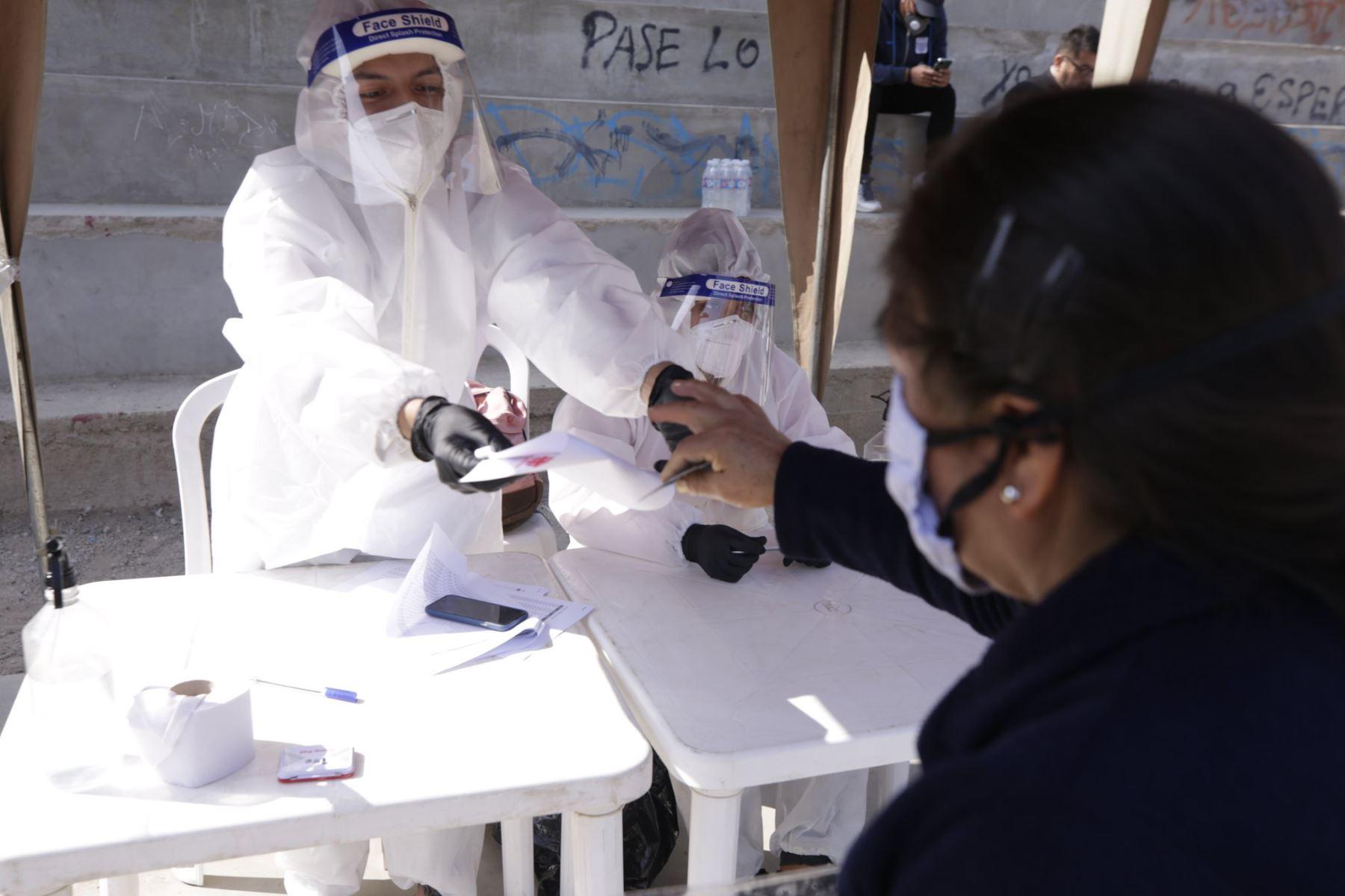 Como parte de la implementación del Decreto de Urgencia N° 068-2020, la PCM continúa hoy con la entrega de kits de alimentación a las familias vulnerables de las zonas La Hoyada y El Hueco en Manchay, ubicadas en el distrito de Pachacamac.   Foto:ANDINA/PCM.