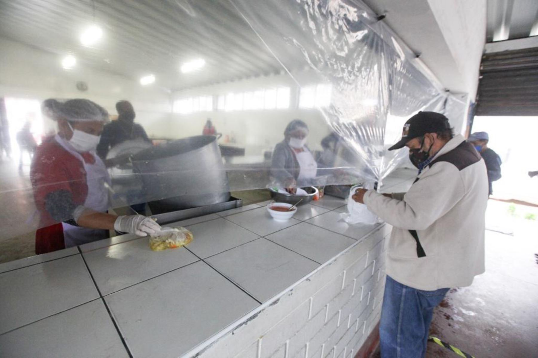 Más de 5,000 comedores a nivel nacional han retomado la atención, a puerta cerrada, luego de las medidas dadas por el Ejecutivo para proteger del contagio de la covid-19 a las socias a cargo de este servicio alimentario,. Fotos: Midis