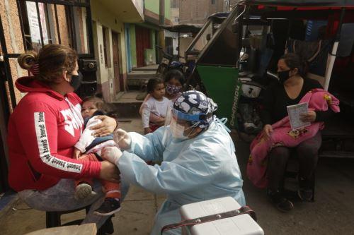 """Coronavirus: Ministerio de Salud realiza visitas con  cuatro unidades del """"Vacuna Móvil"""" a comunidades en el Agustino"""