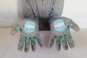 El prototipo funcional del guante fue desarrollado usando materiales de bajo costo y cuenta con un dispositivo de almacenamiento de alcohol u otro líquido desinfectante que se extiende sobre el mismo para que el usuario mantenga las manos limpias.