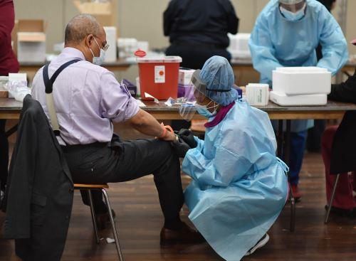 Personal de salud realiza un descarte de covid-19 a un ciudadano de Nueva York. AFP