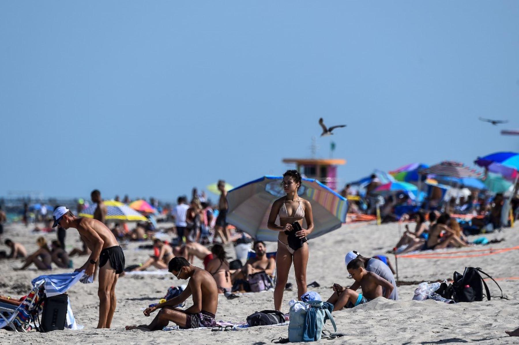 La gente se relaja en Miami Beach, Florida en medio de la pandemia del coronavirus covid-19. Foto: AFP
