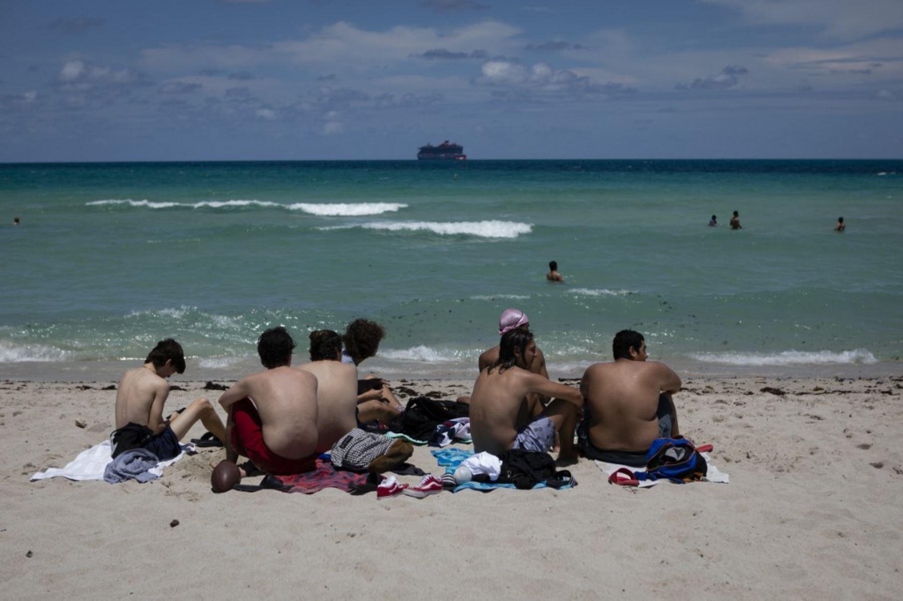 Bañistas toman el sol en Miami Beach, Florida. Foto: AFP