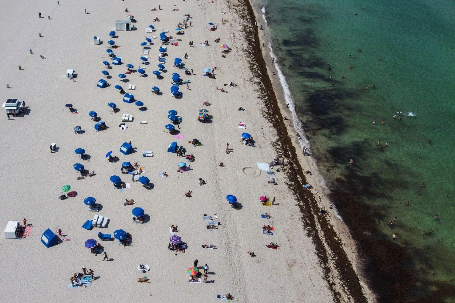 Una vista aérea muestra a personas en la arena en Miami Beach, Florida. Foto: AFP