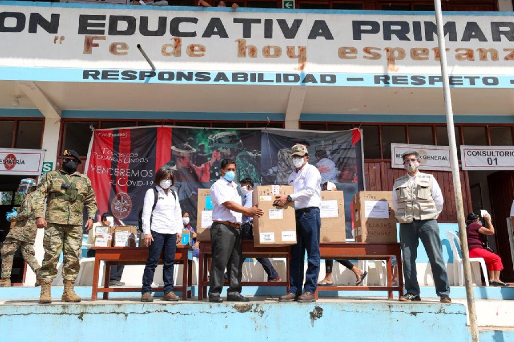 Jefe de Gabinete, Vicente Zeballos, supervisa el desarrollo de la Acción Cívica en el distrito de Santa María de Nieva, provincia de Condorcanqui, en Amazonas; donde se vienen realizando triajes Covid-19 y la entrega de kits de alimentos para la comunidad.  También son parte de la comitiva la viceministra de Salud, Nancy Zerpa; el viceministro de Gobernanza Territorial de PCM, Raúl Molina; el jefe del CCFFAA, César Astudillo y el director ejecutivo del Proyecto Especial Legado Lima 2019, Alberto Valenzuela. Foto: ANDINA/PCM