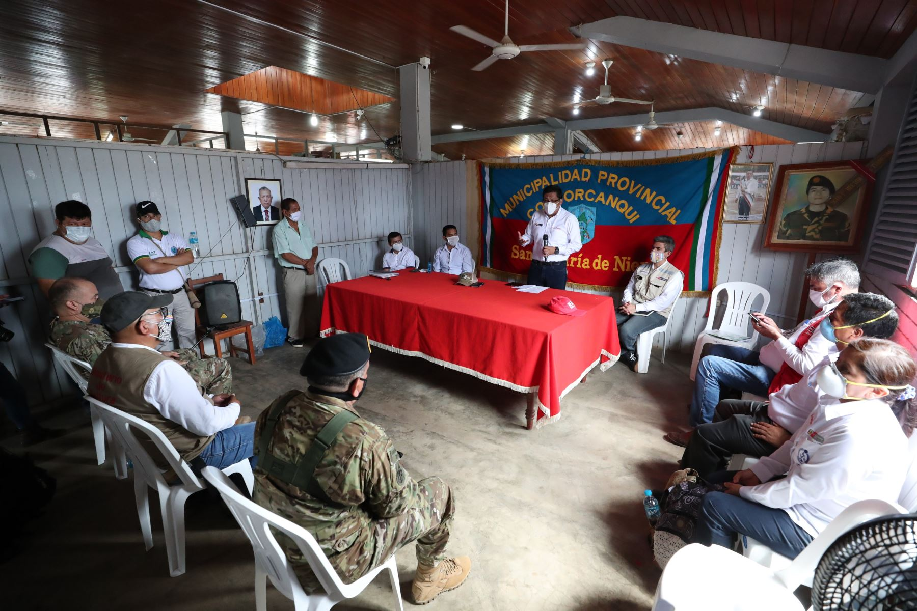 El titular de la PCM, Vicente Zeballos, sostuvo una reunión de trabajo con las autoridades de la provincia de Condorcanqui, en Amazonas. Participaron el alcalde provincial, Hector Requejo; el director de la Red de Salud, Jaime Zuñiga y el gerente subregional, Hermogenes Lozano. Foto: ANDINA/PCM