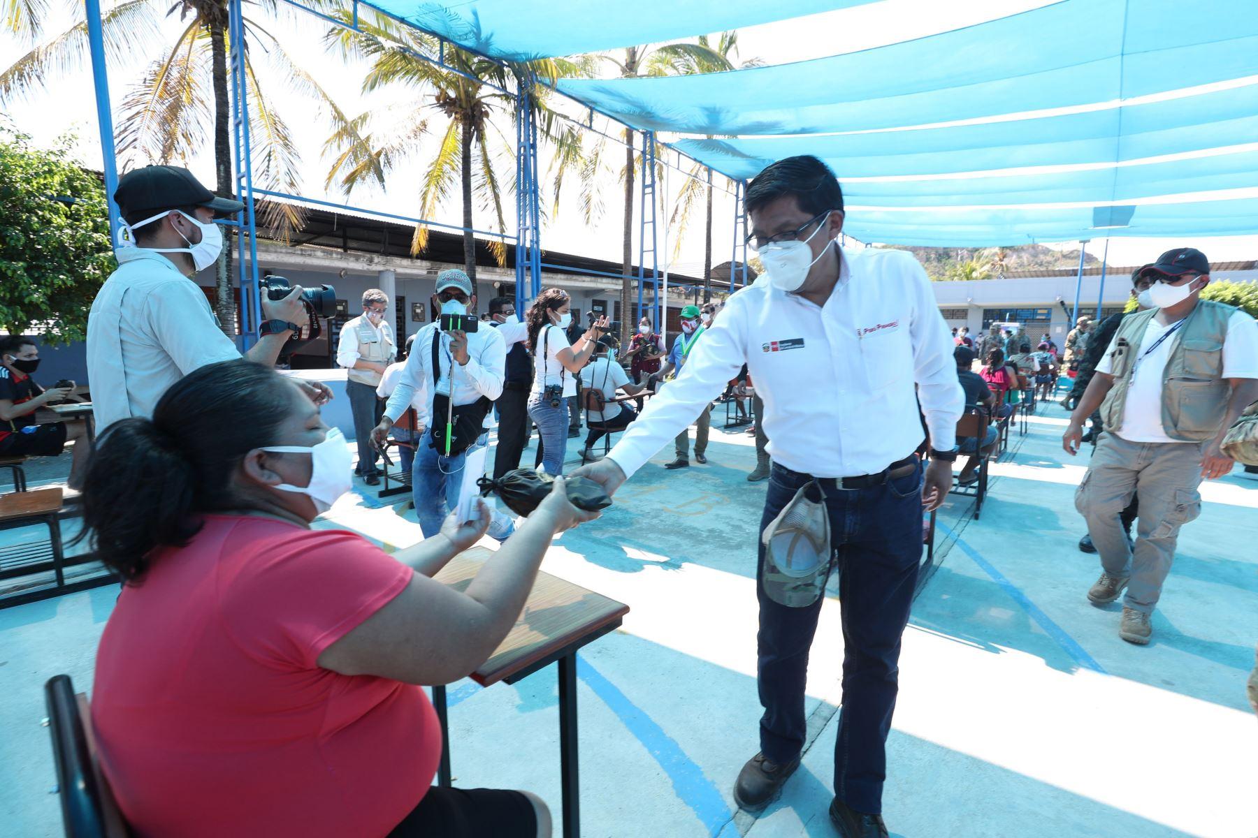 Como parte de la Acción Cívica que se realiza en la región Amazonas, el premier Vicente Zeballos visita el coliseo del Colegio Inmaculada de Bagua y constata la atención que recibe la población por parte del personal de salud y equipo multisectorial del Estado. Foto: PCM