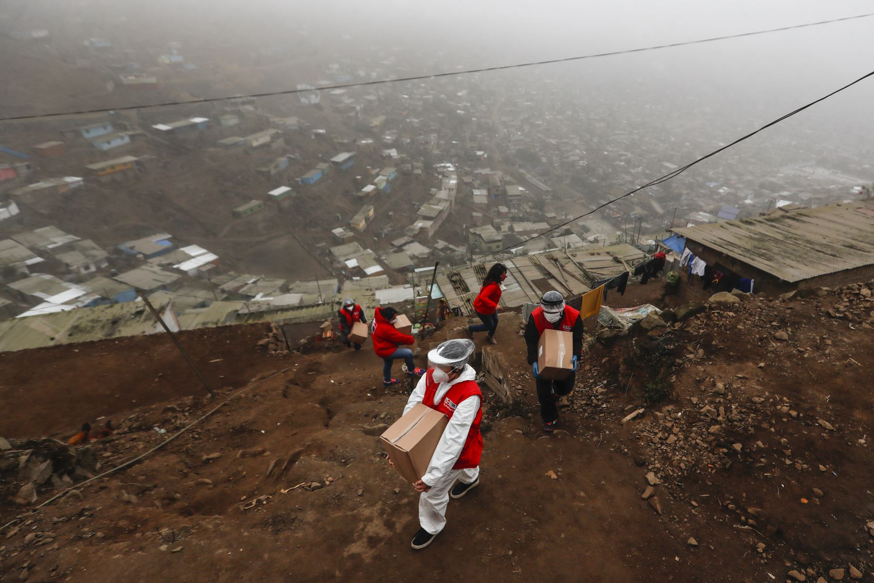 En ocasiones, los trabajadores sociales del Inhábil llevan los kits de alimentos a las familias del AA.HH Cerro Franco en Villa Maria del Triunfo, a quienes se les complica recoger los alimentos en sede de la institución.  Foto: ANDINA/Renato Pajuelo