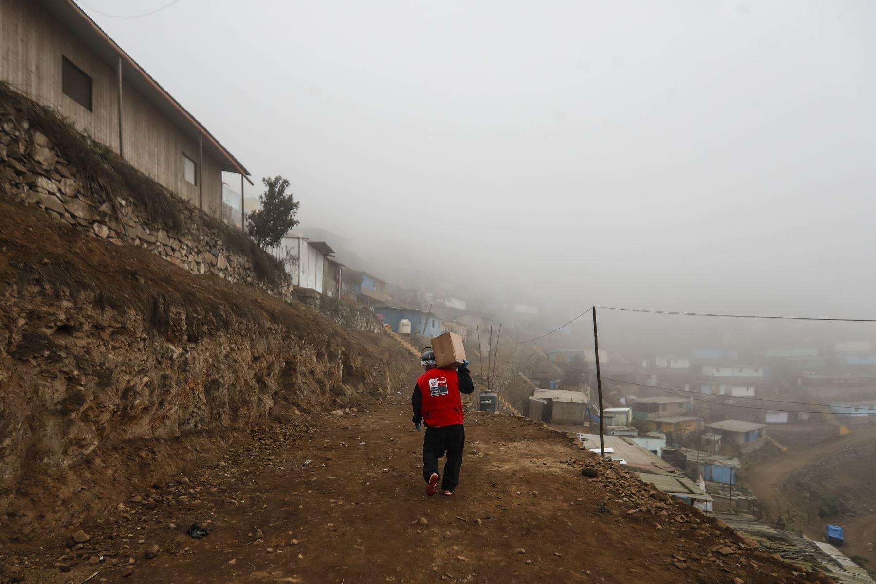 A pesar del frío en la zona altas del Villa Maria del Triunfo, los trabajadores sociales continúan realizando du labor en beneficio de las familias que verdaderamente lo necesitan. Foto: ANDINA/Renato Pajuelo