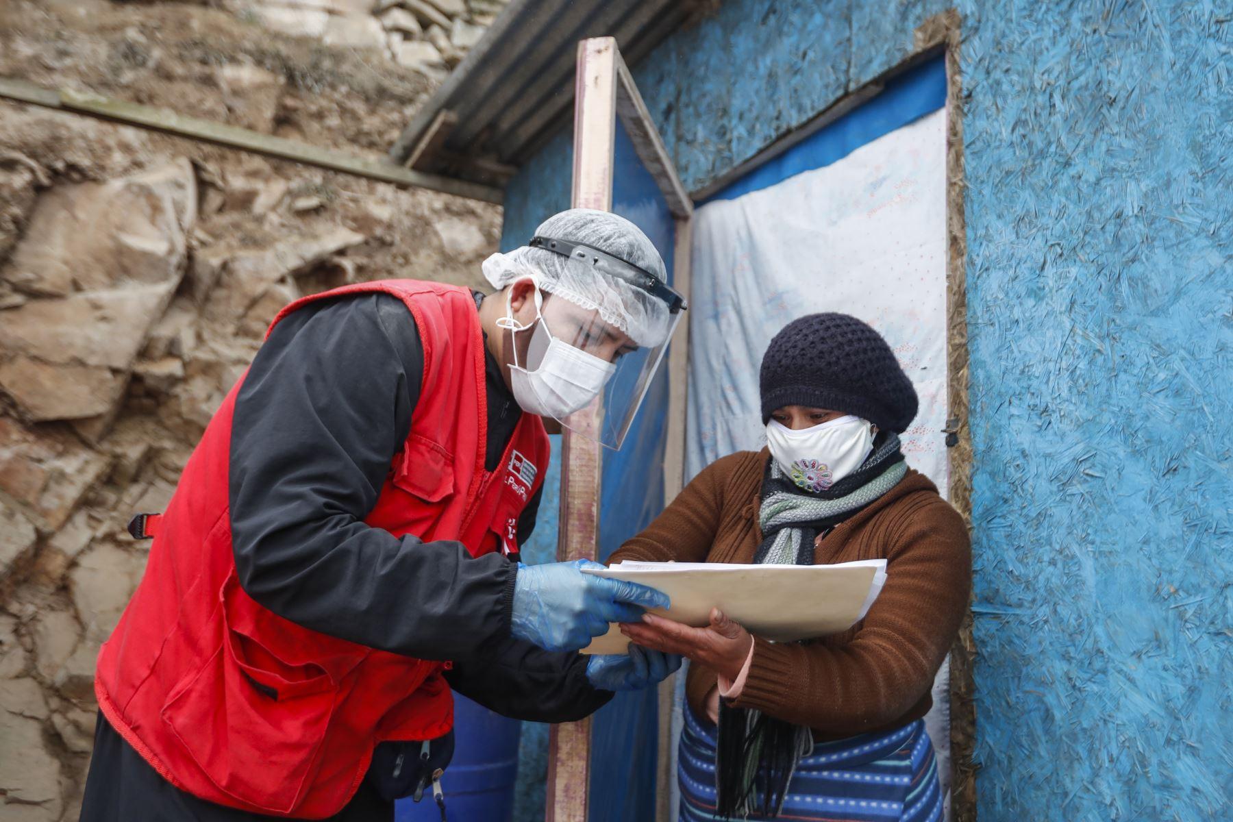 Luego de recibir el donativo las familias firman un documento para certificar la entrega. Foto: ANDINA/Renato Pajuelo
