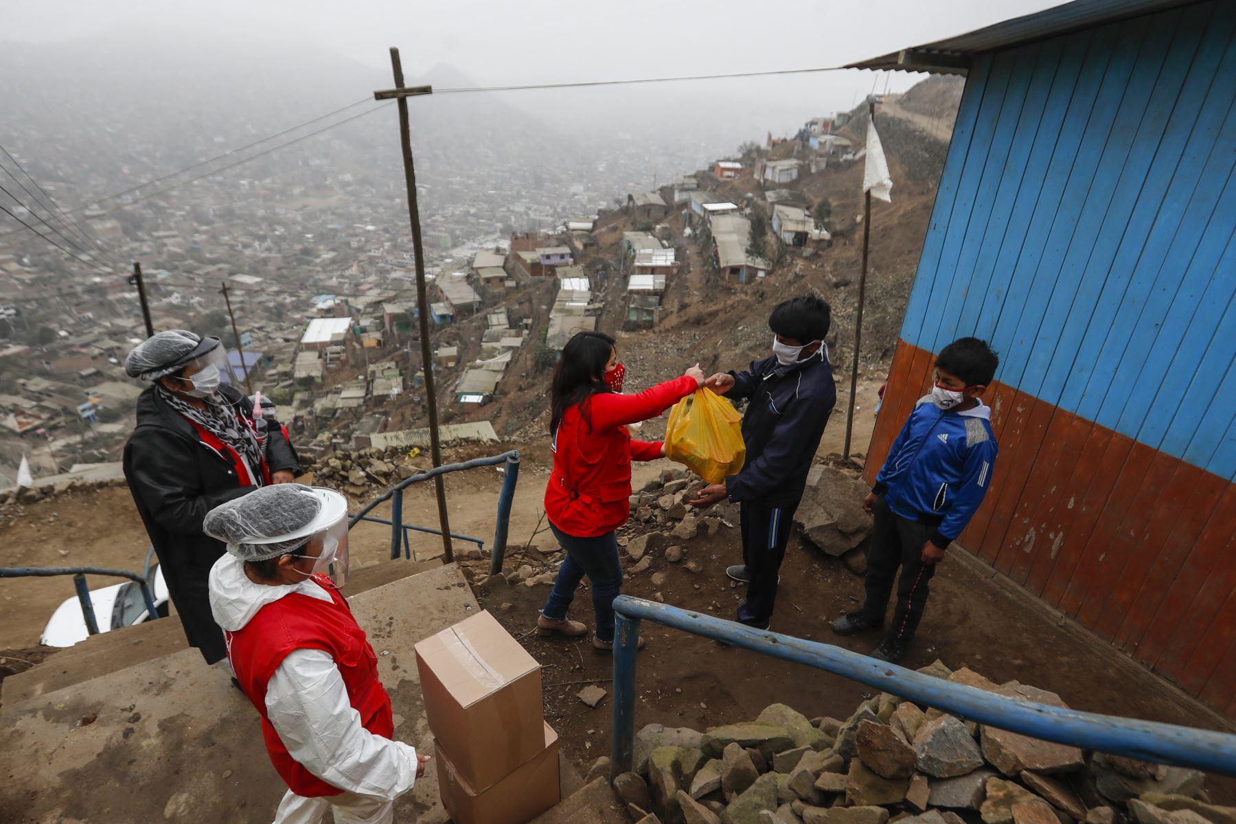 Ellos viven en lo más alto del AAHH Cerro Franco. Comentan lo difícil que les ha resultado vivir durante la pandemia y agradecen al equipo por su interés.  Foto: ANDINA/Renato Pajuelo