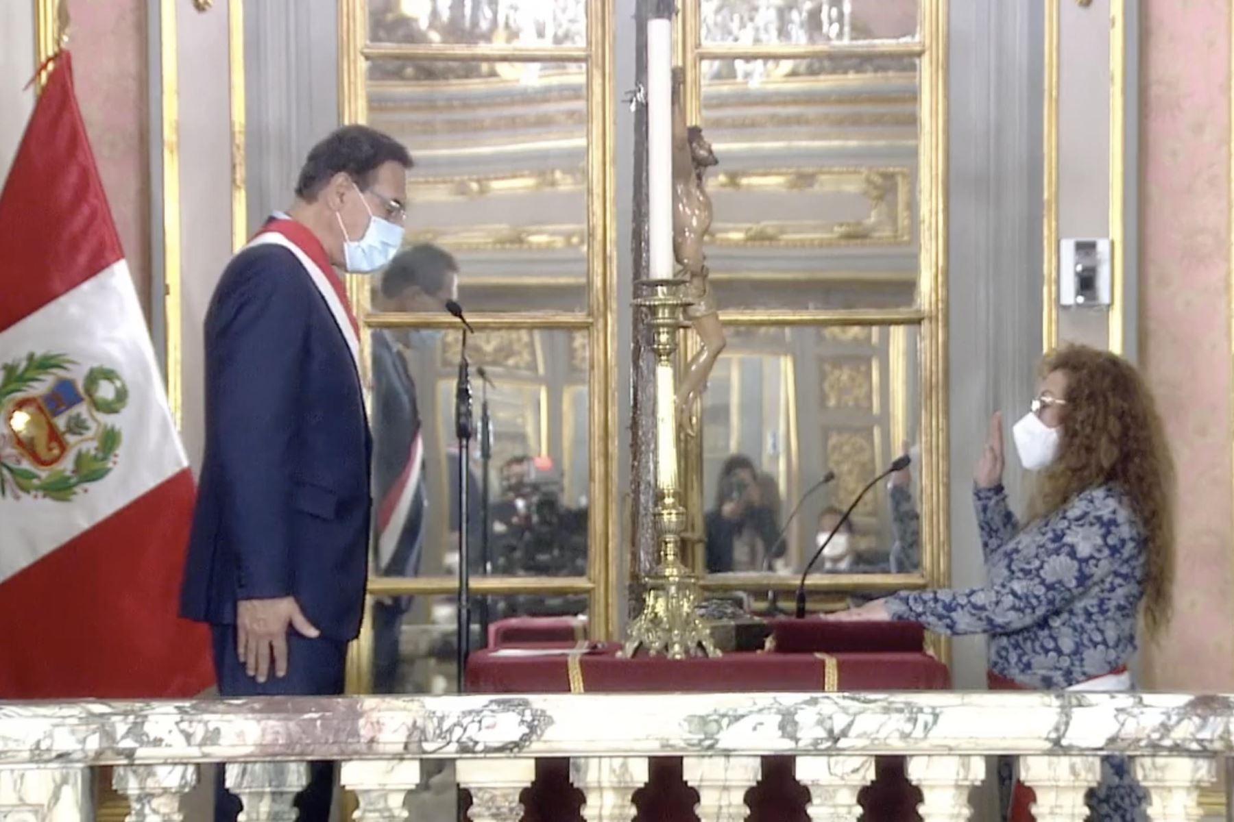 Presidente Martín Vizcarra toma juramento de Kirla Echegaray como ministra del Ambiente. Foto: ANDINA/Prensa Presidencia