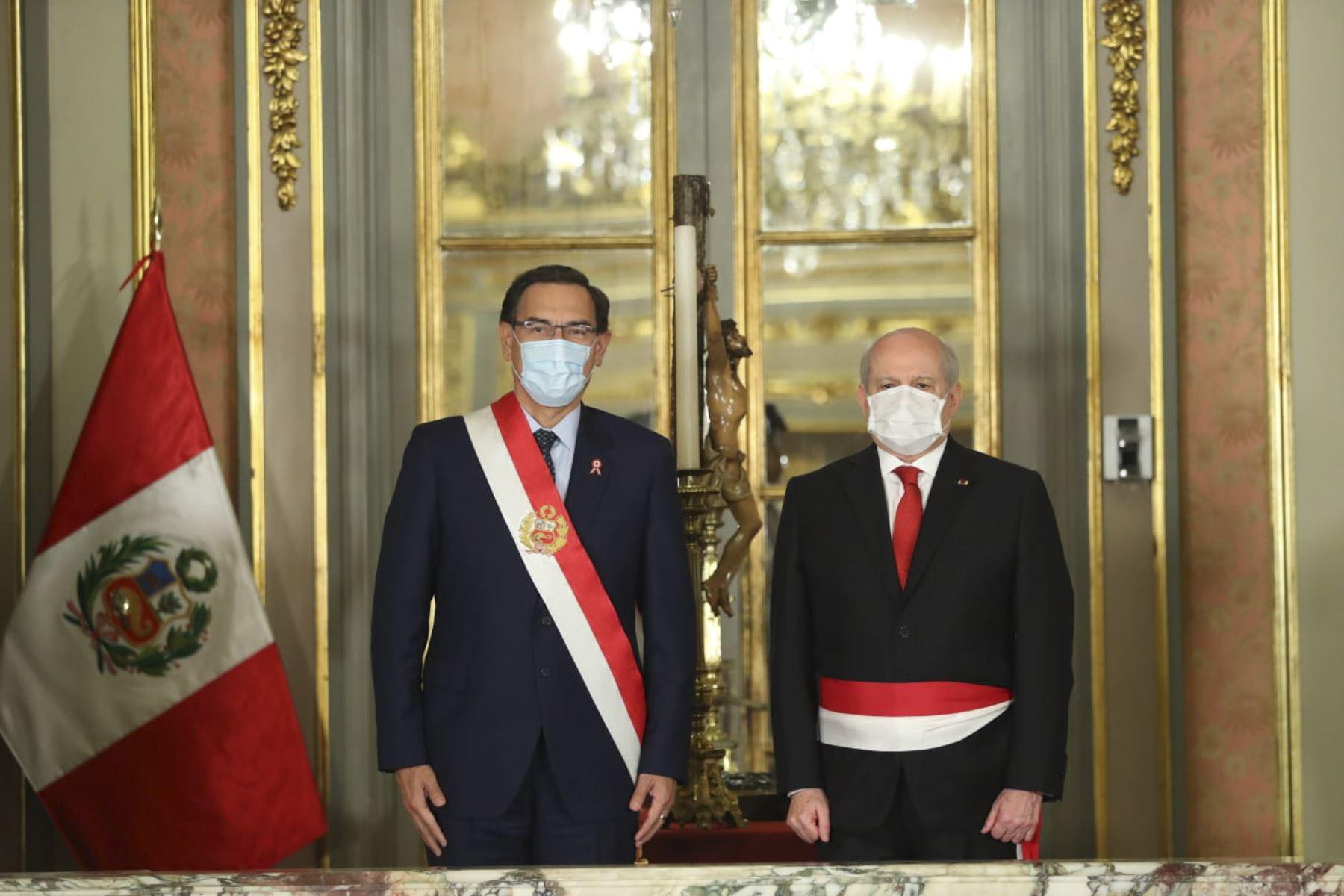 El presidente Martín Vizcarra toma juramento al nuevo Jefe del Gabinete Ministerial Pedro Cateriano, en el Salón Dorado de Palacio de Gobierno. Foto: ANDINA/ Prensa Presidencia