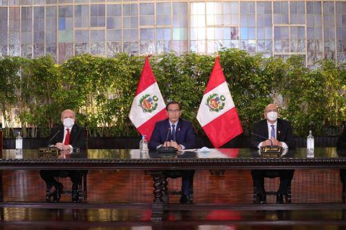 Presidente de la República, Martín Vizcarra, brinda un pronunciamiento acompañado por su Consejo de Ministros