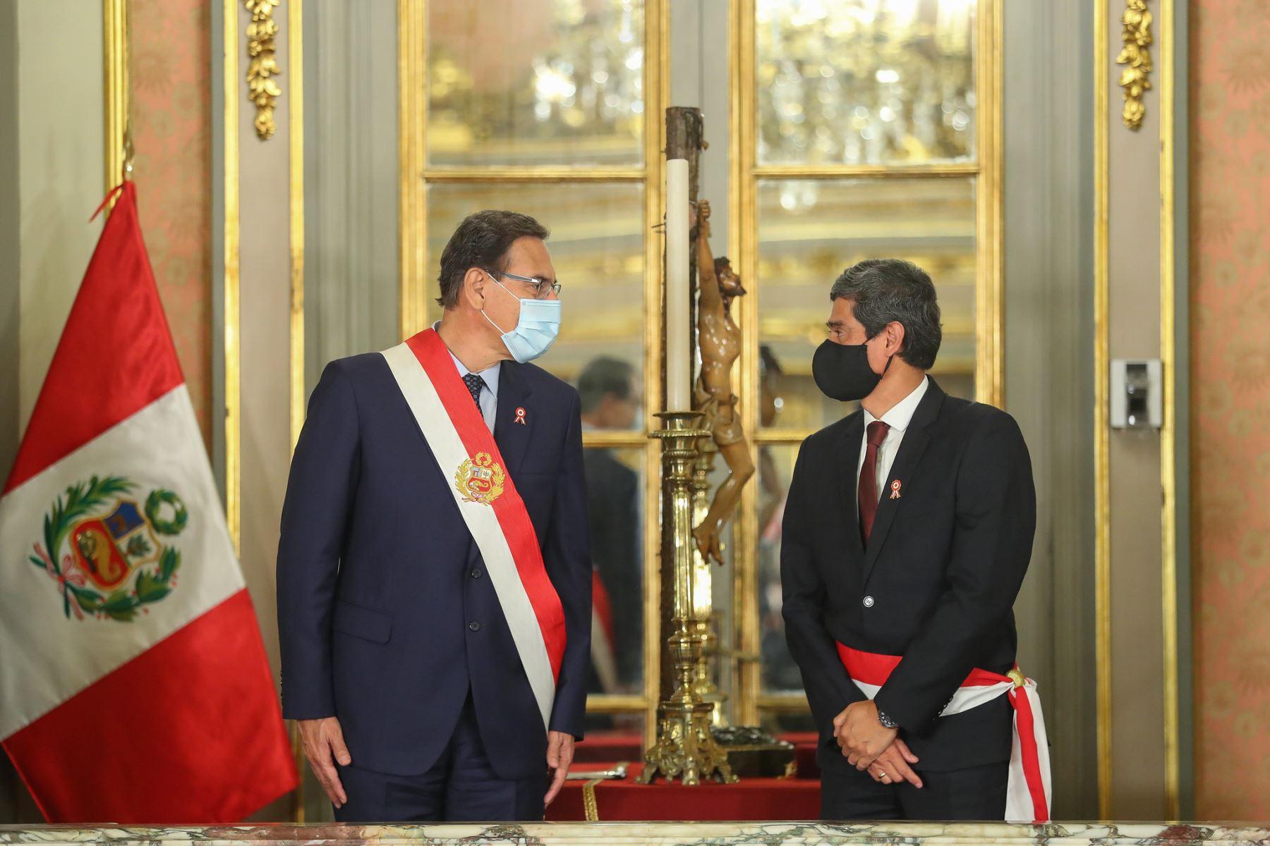 Presidente Martín Vizcarra tomó juramento a Carlos Lozada como ministro de Vivienda, Construcción y Saneamiento. Foto: ANDINA/Presidencia