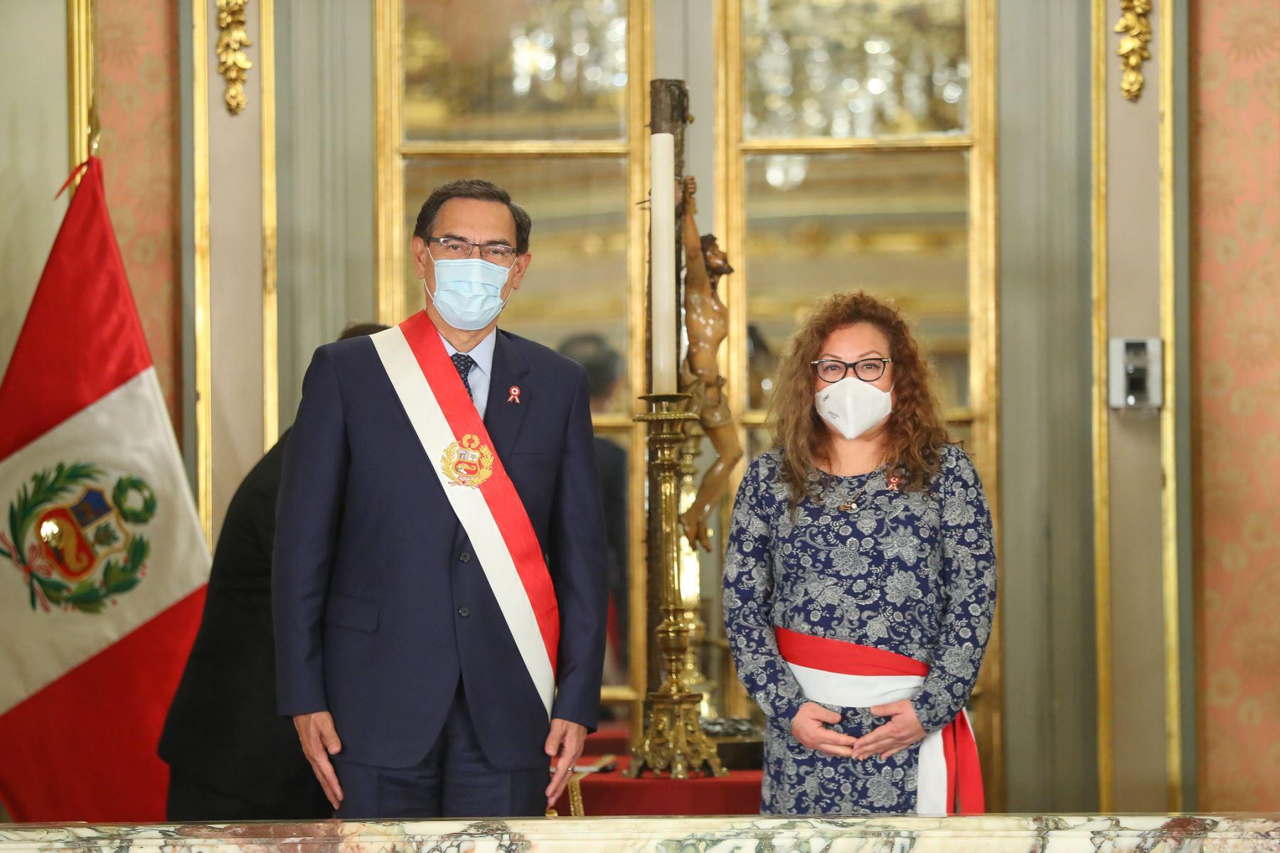 Presidente Martín Vizcarra tomó juramento de Kirla Echegaray como ministra del Ambiente. Foto: ANDINA/Presidencia