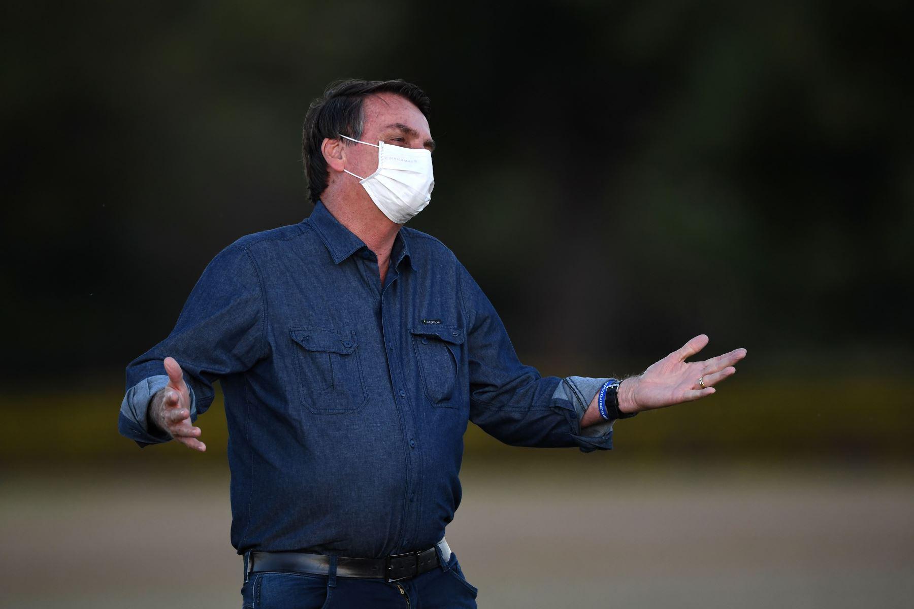 El mandatario, de 65 años, aseguró que está sin síntomas y que está funcionado el tratamiento con hidroxicloroquina. Foto: AFP