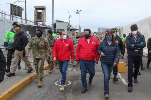 Coronavirus: Ministro de Defensa, junto al titular del Ministerio de Interior, presidenta de la ATU y el jefe del CCFFAA, supervisa el operativo  en el ingreso del aeropuerto Jorge Chavez.