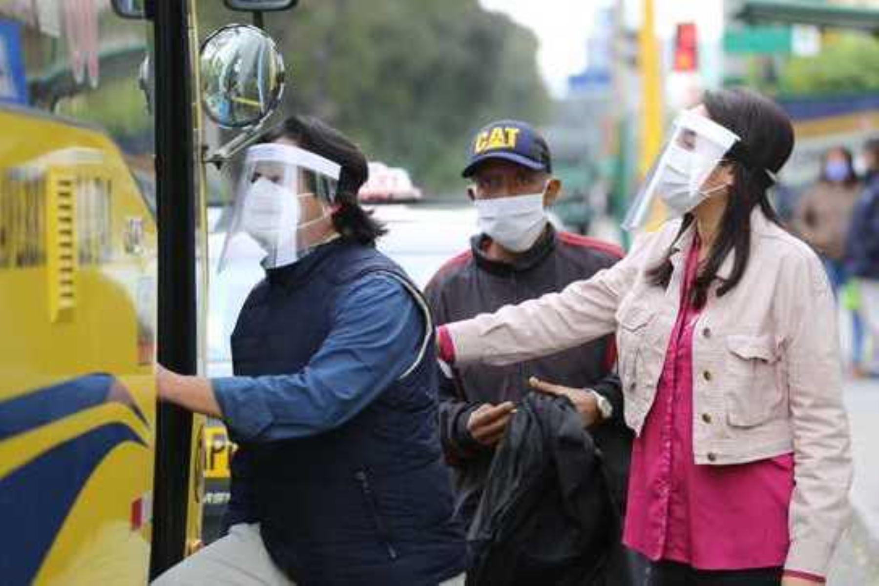 Protector facial complementa la mascarilla, no la reemplaza. Foto: ANDINA/Difusión.