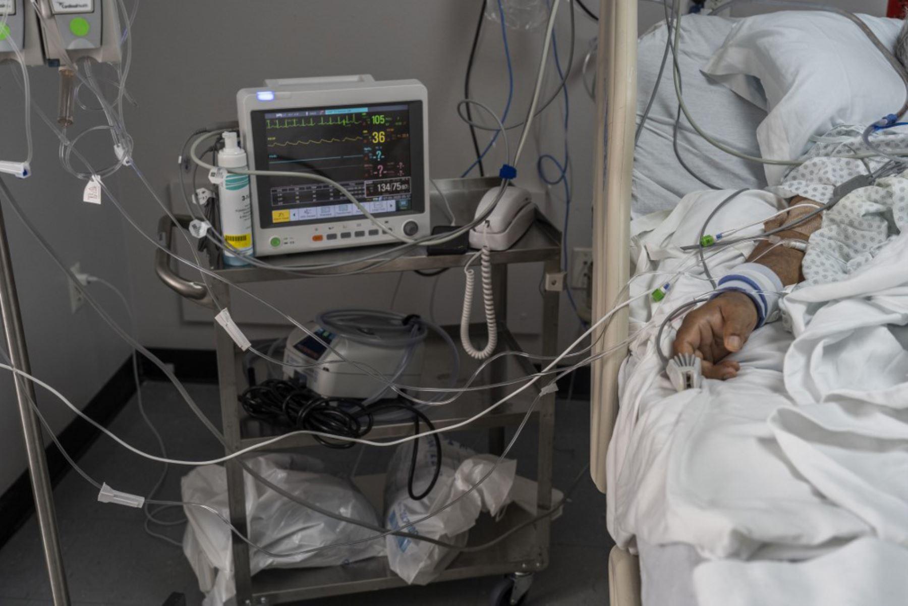 Un paciente yace en la cama conectado a un equipo médico en la unidad de cuidados intensivos covid-19 en el United Memorial Medical Center en Houston, Texas. Foto:AFP