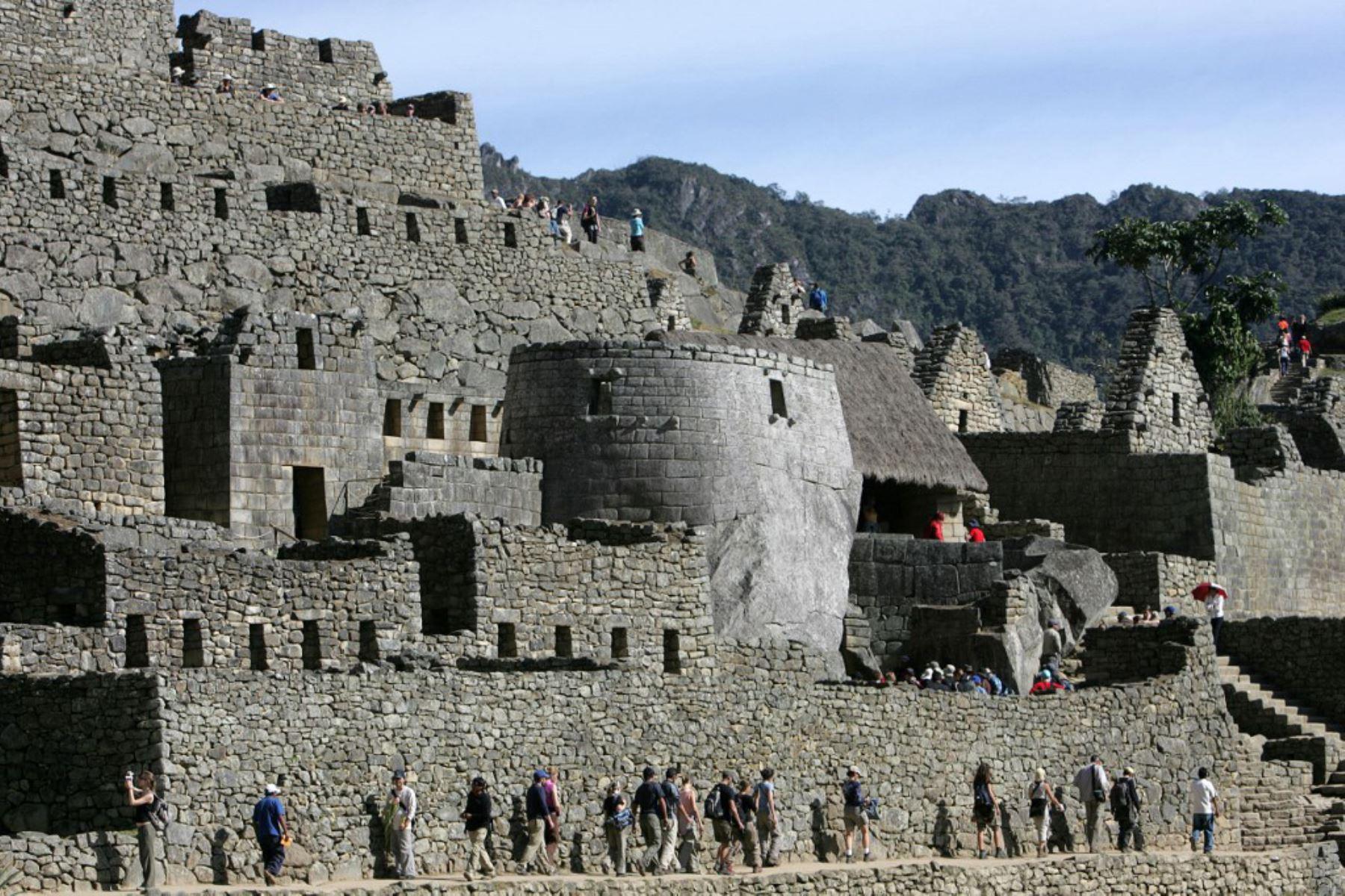 Turistas visitan la ciudadela inca de Machu Picchu en el departamento peruano de Cusco. Machu Picchu fue nombrada el 7 de julio de 2007 como una de las nuevas Siete Maravillas del Mundo en una ceremonia en Lisboa. Foto: AFP
