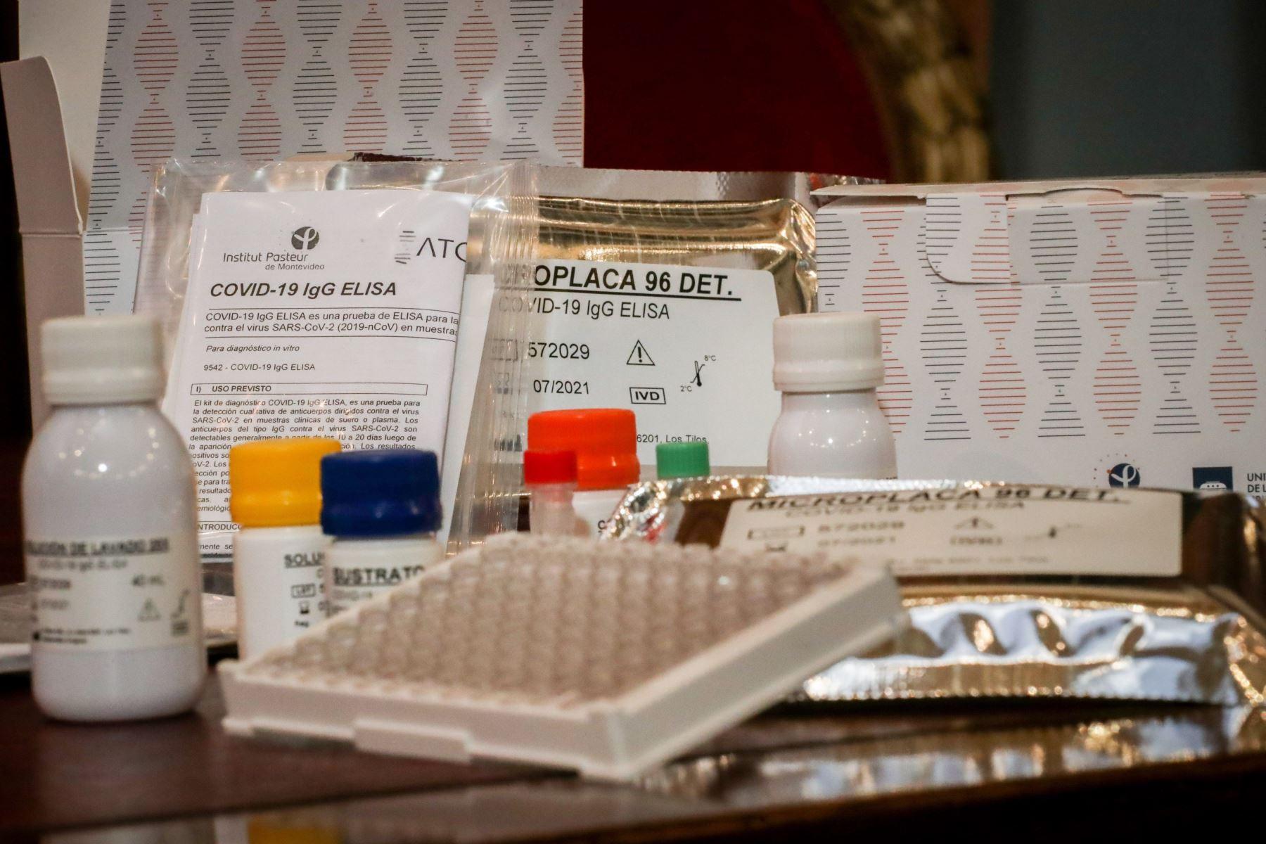 Fotografía que muestra kit de exámenes serológicos este martes, en Montevideo (Uruguay). Foto: EFE