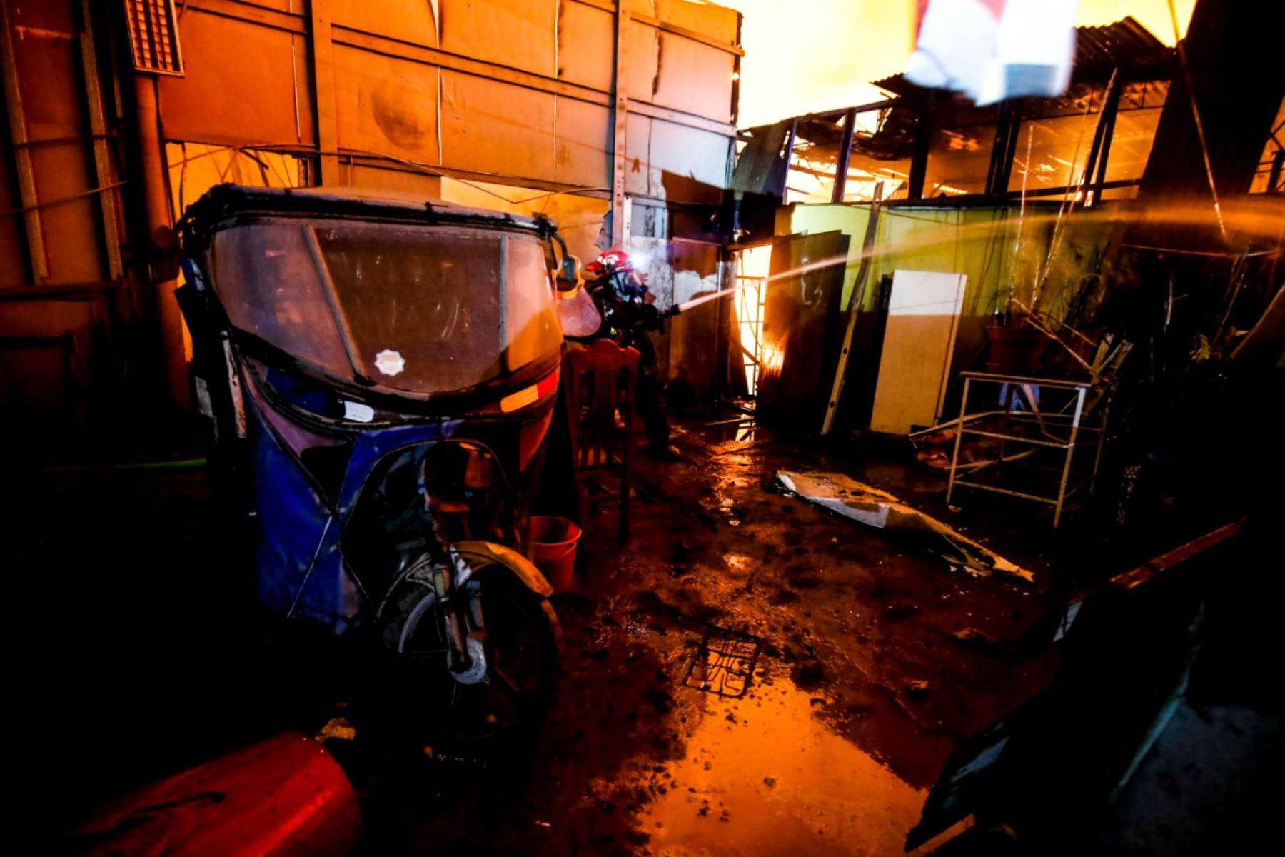 El Centro de Operaciones de Emergencias del Indeci reportó incendio de código 3 en Huachipa. Foto: ANDINA/Difusión