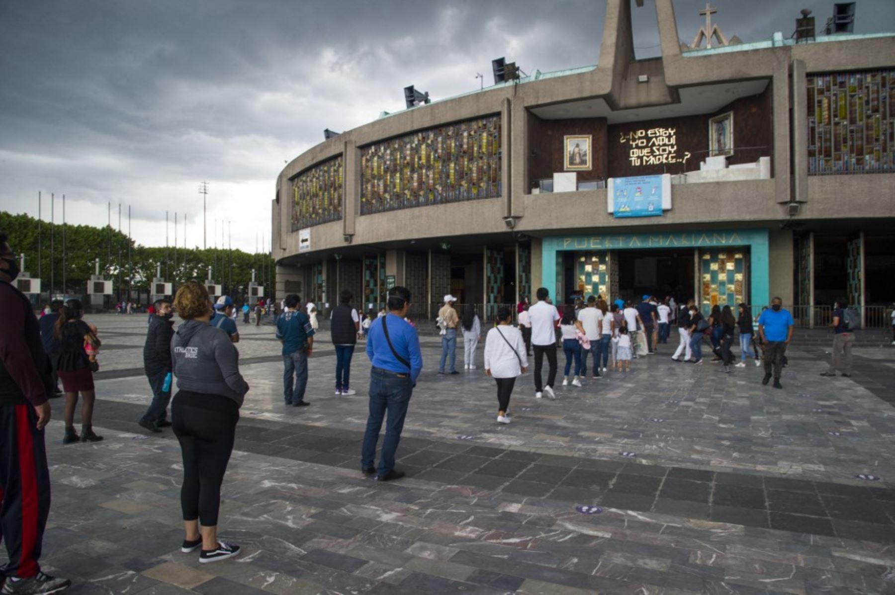 Los fieles se alinean manteniendo una distancia de seguridad mientras esperan para ingresar a la Basílica de Guadalupe. Foto: AFP