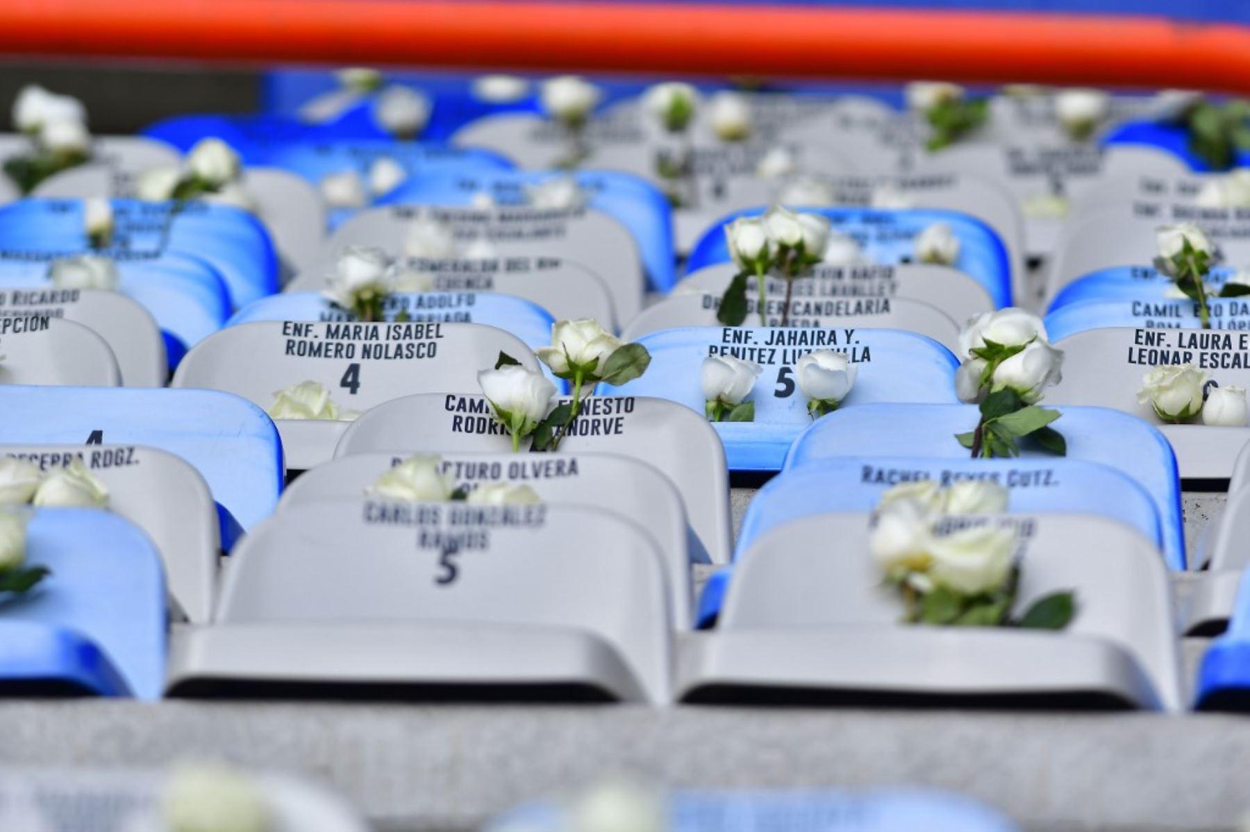 Vista de gradas vacías en el estadio Miguel Hidalgo donde se colocaron flores como homenaje al personal médico que murió víctima del covid-19. Foto: AFP