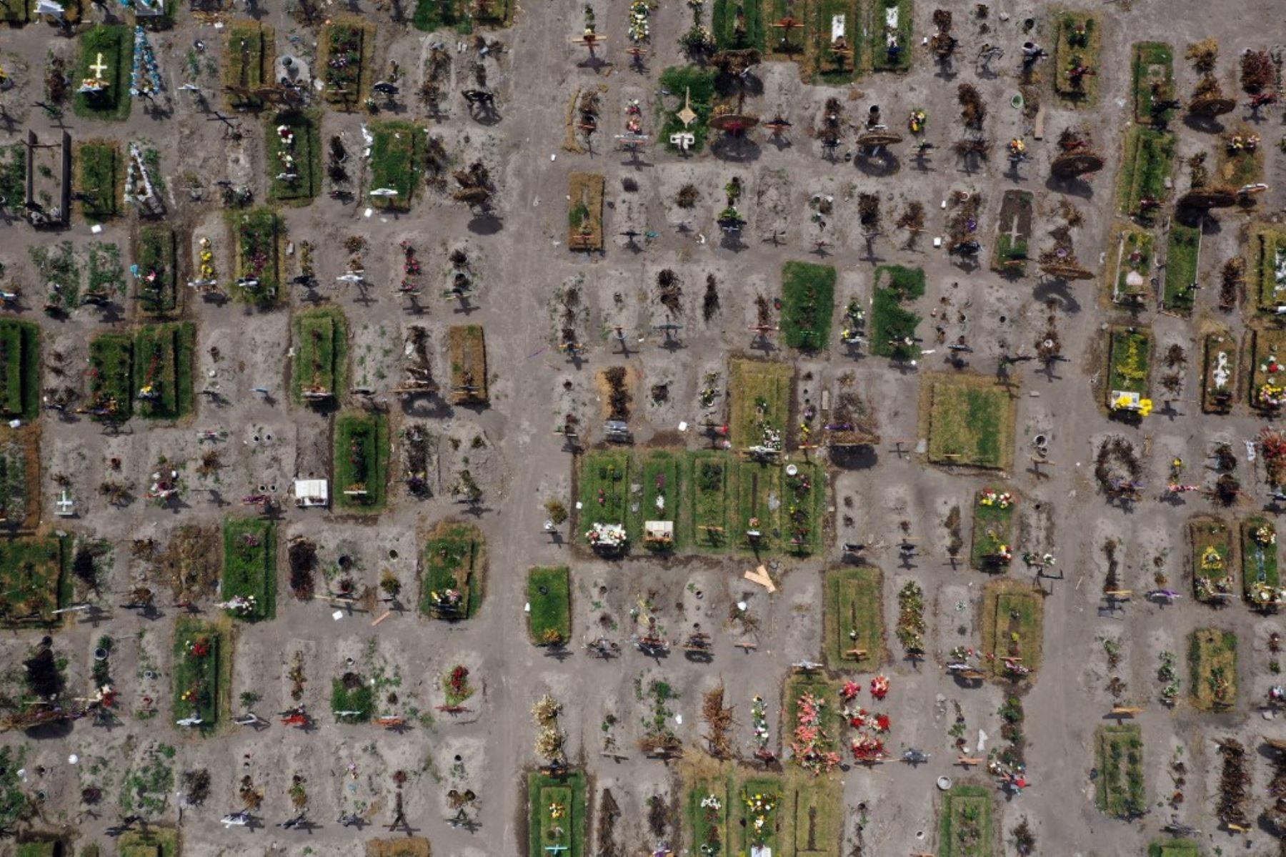 Vista aérea de tumbas en el área especial para víctimas de covid-19 del Panteón Municipal del Valle de Chalco, Estado de México. Foto: AFP