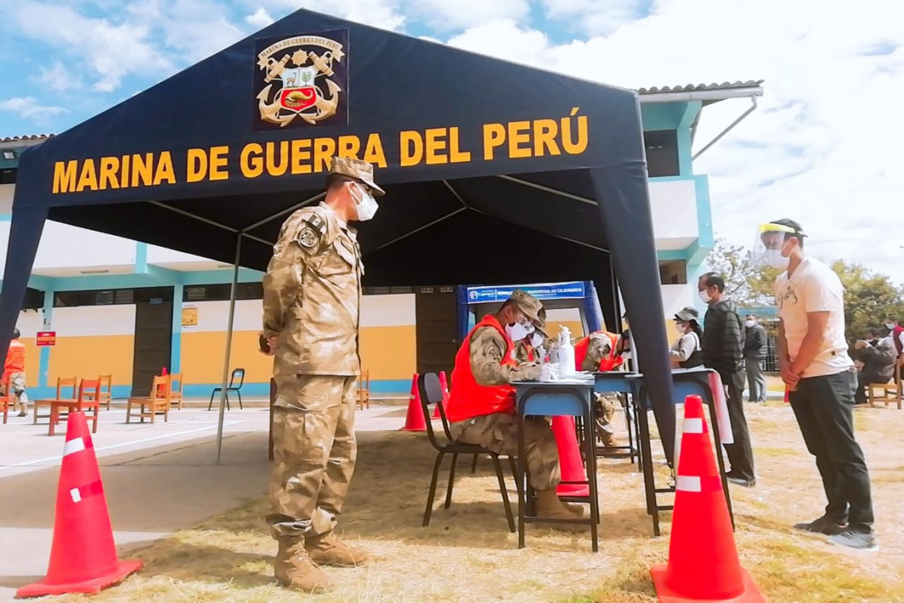 Personal de la Marina de Guerra del Perú brinda ayuda a las personas más vulnerables, como parte de la operación Tayta en Cajamarca. En diversos puntos de atención, se continuó con el tamizaje y pruebas rápidas para diagnosticar si están contagiados por covid-19. Foto: Marina de Guerra