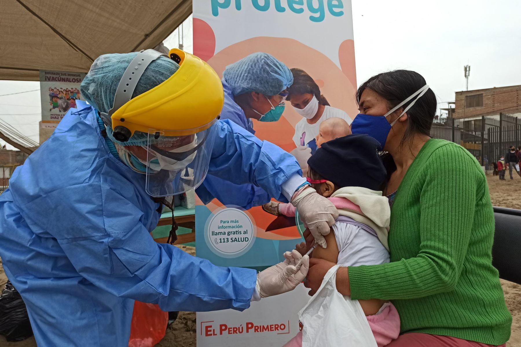 Equipos de Respuesta Rápida del Minsa brindaron atención integral de salud a familias de Villa El Salvador y Surco. Niños y adultos recibieron vacunación, tamizaje de anemia, descarte de covid -19, además de consejería en planificación familiar y salud mental.  Foto: Minsa